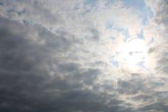 Sol som bryter till och med molnig himmel arkivfoto