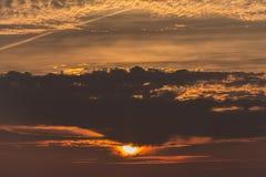 Sol som dyker upp från det mörka molnet, Newfoundland Arkivfoton