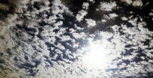 Sol som når en höjdpunkt till och med moln efter storm Arkivbild