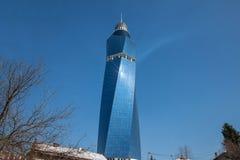 Sol som reflekterar på Avaz Twist Tower under en solig eftermiddag Avaz Tower är ett av de huvudsakliga symbolerna av Sarajevo arkivfoton