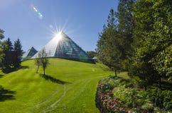 Sol som skiner av den Muttart drivhuset Royaltyfri Foto