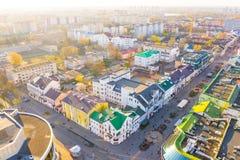 Sol som skiner ovanför flyg- lanscape för liten härlig stad Brest stad i morgon arkivfoton