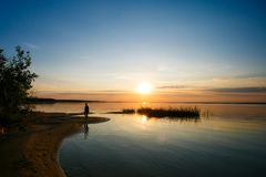 Sol som skiner på horisont över den enorma sjön royaltyfri bild