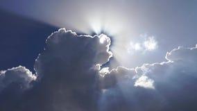 Sol som skiner till och med de himla- härliga molnen i 4k stock video
