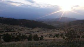 Sol som slåss molnen royaltyfri fotografi