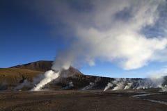 Sol som spelar med ångan på geyseren Chile för El Tatio Arkivbilder
