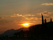 Sol som ställer in över berg Arkivbilder