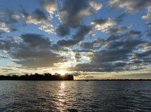 Sol som ställer in över den Okavango deltan, Botswana Fotografering för Bildbyråer