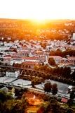 Sol som ställer in över en traditionell norsk grannskap Sikt över en härlig stad i Norge med många hus och gator under su Arkivbilder