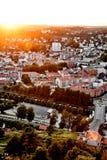 Sol som ställer in över en traditionell norsk grannskap Sikt över en härlig stad i Norge med många hus och gator under su royaltyfria foton