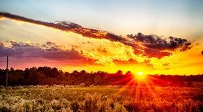 Sol som ställer in över landslantgårdland i york South Carolina arkivbilder