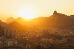 Sol som ställer in över Rio de Janeiro fotografering för bildbyråer