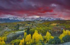 Sol som ställer in över San Juan Mountain område och Autumn Fall färg av Dallas Divide Ridgway, Colorado, Amerika arkivfoton