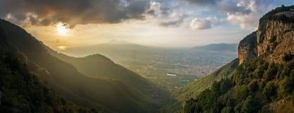 Sol som ställer in ner bak Mount Vesuvius Royaltyfri Foto