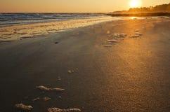 Sol som stiger över sandig kostnad av den Yeu ön arkivbild