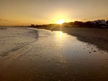 Sol som stiger, sikt av det arabiska havet, Muscat, Oman royaltyfri fotografi