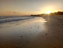 Sol som stiger, sikt av det arabiska havet, Muscat, Oman royaltyfria bilder