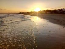 Sol som stiger, sikt av det arabiska havet, Muscat, Oman fotografering för bildbyråer