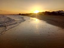 Sol som stiger, sikt av det arabiska havet, Muscat, Oman royaltyfria foton