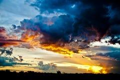 Sol som ställer in över fält Arkivfoton