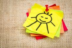 Sol sonriente en nota pegajosa Foto de archivo libre de regalías
