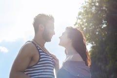 Sol sonriente feliz del cielo azul de los pares, gente joven hermosa en el abarcamiento del amor, del hombre y de la mujer Foto de archivo