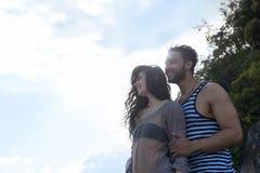 Sol sonriente feliz del cielo azul de los pares, gente joven hermosa en el abarcamiento del amor, del hombre y de la mujer Imágenes de archivo libres de regalías
