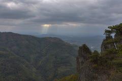 Sol-strålar som skiner till och med moln Royaltyfria Bilder