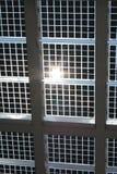 Sol- ström - paneler mot den blåa skyen och Sun Arkivbild