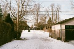 Sol suburbano do inverno imagens de stock royalty free