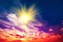 Sol surpreendente no céu maravilhoso. Fotos de Stock Royalty Free
