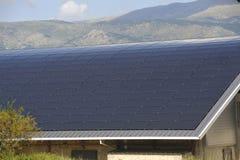 Sol- tak av en stor krökt yttersida på en kommunal byggnad royaltyfri bild