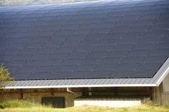 Sol- tak av en stor krökt yttersida på en kommunal byggnad royaltyfria bilder