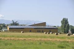 Sol- tak av en stor yttersida på en lantgårdbyggnad arkivbilder