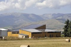 Sol- tak av en stor yttersida på en lantgårdbyggnad royaltyfri fotografi