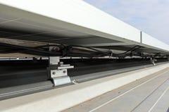 Sol- tak under sikt för PV-panelinstallation arkivfoto