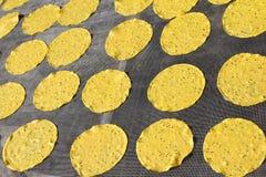 Sol-torkade potatis- och sesamsmällare fotografering för bildbyråer