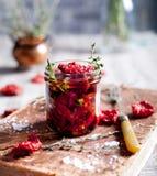 Sol torkade tomater med örter och olivolja Royaltyfria Foton