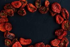 sol torkade tomater på en svart bakgrund Royaltyfri Fotografi