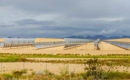 sol- uppsättning för vattenuppvärmning på den thermo elektriska stationen royaltyfri foto