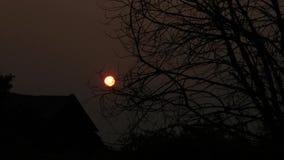 sol vermelho do por do sol em um embaçamento video estoque