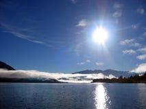 Sol y lago brillantes Imágenes de archivo libres de regalías