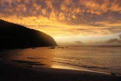 Sol y mar del cielo de la puesta del sol de Martinica de la playa Imagen de archivo