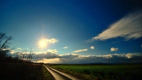 Sol y nubes brillantes de Timelapse almacen de video