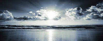 Sol y nubes del mar de la pantalla ancha imagen de archivo