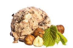 Sola avellana comestible - bola del helado de chocolate con las nueces y la hoja de la avellana aislada en el fondo blanco - vist imagenes de archivo