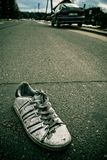 Sola bota llevada vieja en la calle Fotos de archivo