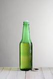 Sola botella de cerveza con espuma Imagen de archivo