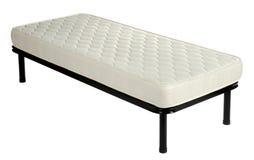 Sola cama de diván con un colchón en blanco fotografía de archivo libre de regalías