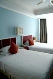 Sola cama dos en un dormitorio Imágenes de archivo libres de regalías